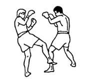 Правой ногой круговой удар в бедро