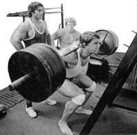 Приседания со штангой для тренировки мышц бедра