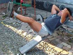 Подъем ног на наклонной доске