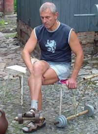 Разгибание ноги сидя с гантелью